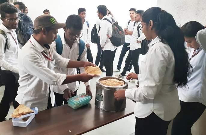 Social commitment through Chapatai Day | 'चपाती डे'च्या माध्यमातून सामाजिक बांधिलकी