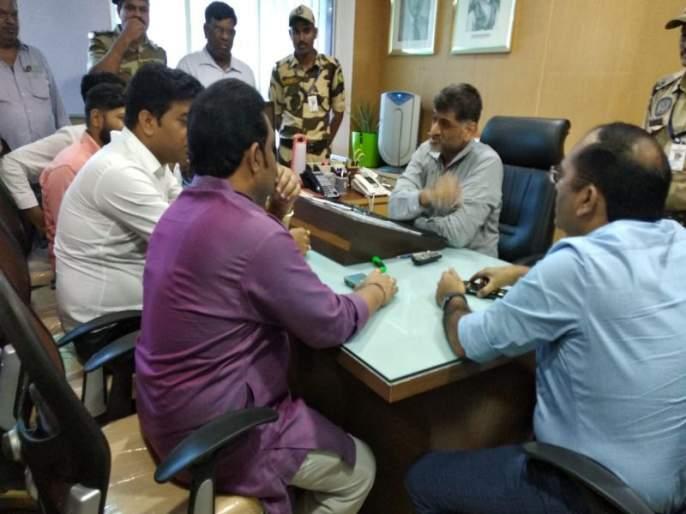 Thane drama center AC issue by bharat jadhav, MNS workers meet official with off AC in room   'शिवसेना हात साफ करतेय', अधिकाऱ्याच्या कार्यालयात AC बंद करून 'मनसे'ची चर्चा