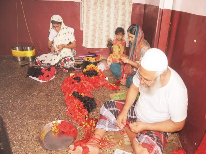 Muslim hands to rally for brotherhood; Many years of tradition at Chichondi Patil | भाऊबीजेच्या करदो-यासाठी राबतात मुस्लिम हात; चिचोंडी पाटील येथे अनेक वर्षांची परंपरा