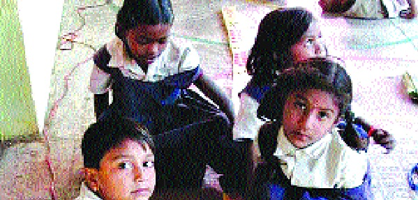 Due to the decision of the family, children from the hill area will be excluded from out-of-school inaccessible schools | पटसंख्येच्या निर्णयामुळे डोंगरी विभागातील मुले होणार शाळाबाह्य दुर्गम शाळा वगळा