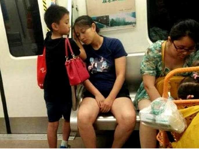 Little boy gave up his seat to a lady in train win tweeples heart see viral picture | शाब्बास रे पठ्ठ्या! 'या' मुलाने अनोळखी महिलेला दिली त्याची सीट, आजारी आईचा बनला असा बनला आधार!