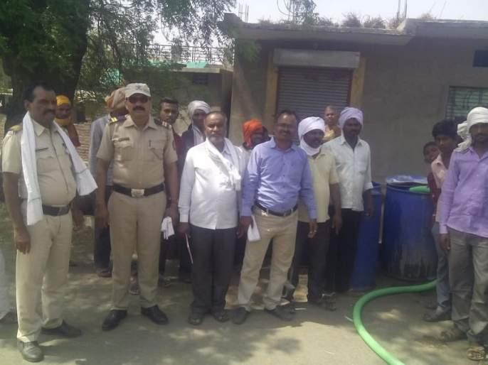 Distribution of water to the police in Chincholi! | चिंचोलीत पोलीस बंदोबस्तात पाणी वितरण!
