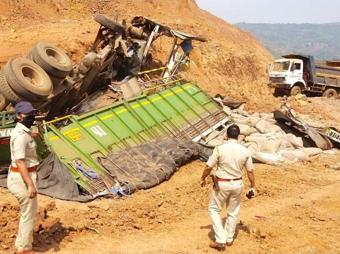 Truck accident at Nivli, driver killed | निवळी येथे ट्रकला अपघात, चालकाचा मृत्यू