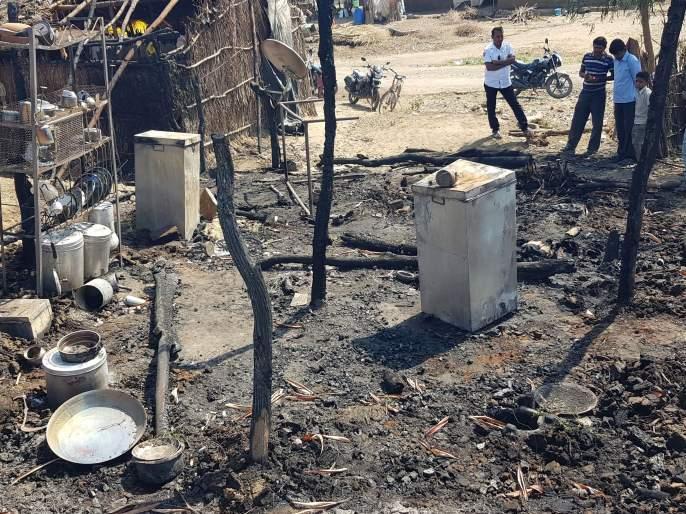 Workers burned down the house at Chahardi in Chopda taluka | चोपडा तालुक्यातील चहार्डी येथे मजुराचे घर जळून खाक