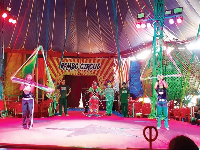 Audience, circus without animals 'Sunisuni'   प्रेक्षक, प्राण्यांविना सर्कस झाली 'सुनीसुनी'