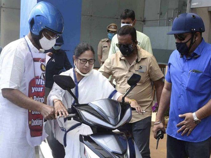 West Bengal CM Mamata Banerjee nearly falls while driving an electric scooter in howrah | VIDEO: ...इलेक्ट्रिक स्कूटी चलावताना पडता-पडता थोडक्यात बचावल्या ममता बॅनर्जी! सुरक्षा रक्षकांनी असं सावरलं