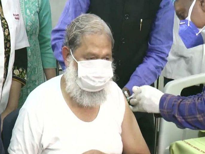 CoronaVirus Marathi News Haryana minister anil vij take covaxin vaccine dose   CoronaVaccine: कोव्हॅक्सीनच्या तिसऱ्या टप्प्यावरील परीक्षणाला सुरुवात, मंत्री अनिल विज यांनी टोचून घेतली पहिली लस