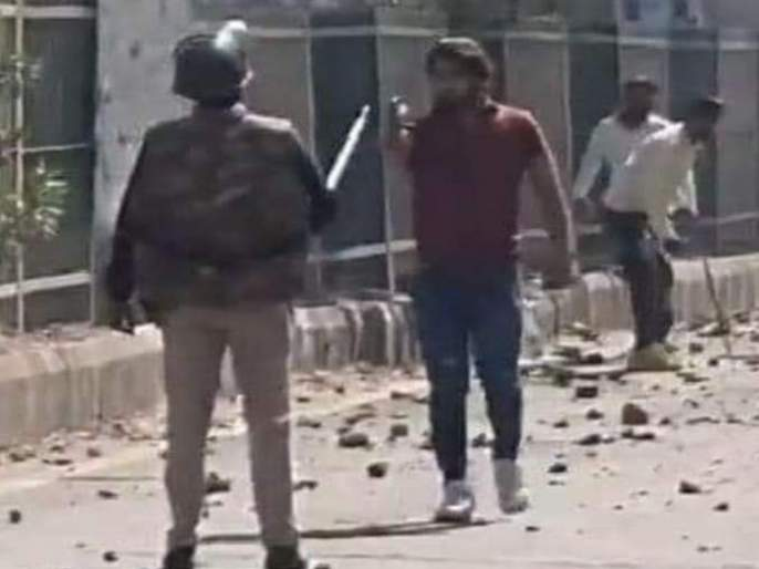 The rioters planted a pistol in the chest of the police in Delhi | Delhi Violence: दंगेखोरांनी छातीवर रोखली पिस्तूल, तरीही मागे हटला नाही पोलीस कॉन्स्टेबल