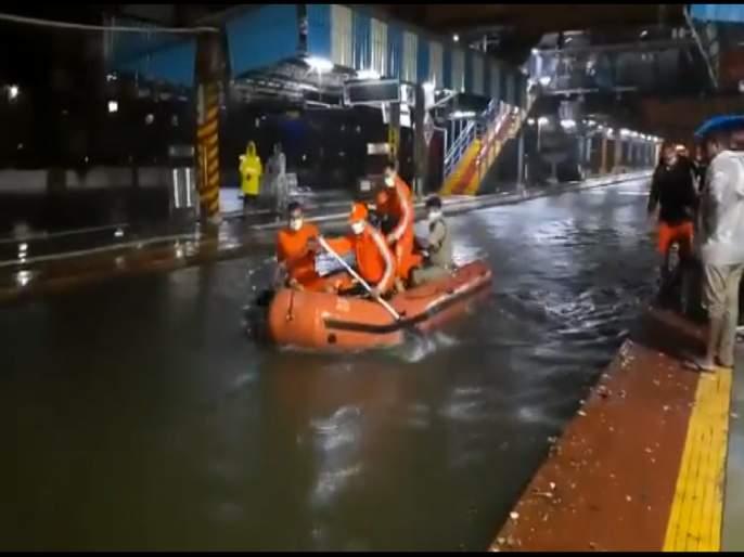 NDRF Rescue people who stuck between Masjid & Bhaykhala station due to water on tracks. | Video: मुंबईत पावसाचा हाहाकार! रेल्वे रुळांवर NDRF बोट प्रवाशांच्या मदतीसाठी सरसावली