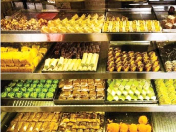About to buy sweets for Navratri; This year the number of customers in the shops is less | Navratri 2020:नवरात्रोत्सवासाठी मिठाई खरेदीसाठी लगबग;यंदा दुकानांमध्ये ग्राहकांची संख्या कमी