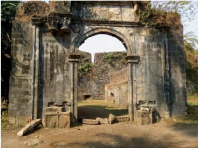 Repair of Vasai fort stalled; Danger due to illegal constructions and reckless acts   वसईच्या किल्ल्याची डागडुजी रखडली; अवैध बांधकामे आणि अविचारी कृत्यामुळेधोका