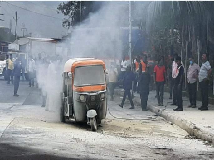 Rickshaw set on fire near petrol pump near APMC; Incident on Turbhe-Vashi Road | एपीएमसीजवळील पेट्रोल पंपासमाेर रिक्षाला आग; तुर्भे-वाशी रोडवरील घटना