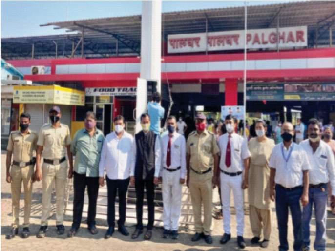 National flag hoisted again outside Palghar station; Wake up the administration after the signal of agitation | पालघर स्थानकाबाहेर पुन्हा फडकला राष्ट्रध्वज;आंदोलनाच्या इशाऱ्यानंतर प्रशासनाला जाग