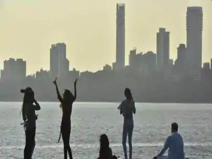 Evening weather due to thick clouds over Mumbai in the afternoon | ऐन दुपारी मुंबईवर दाटून आलेल्या ढगांमुळे सायंकाळसारखे वातावरण
