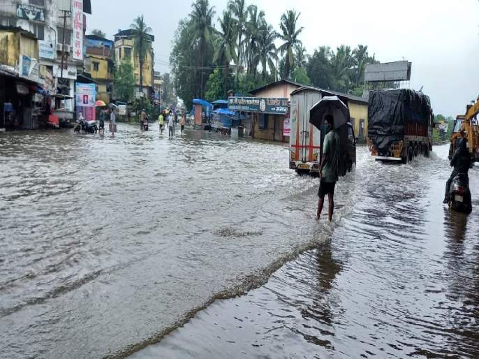 The low lying areas are waterlogged due to rains in Bhiwandi   भिवंडीत मुसळधार पावसामुळे सखलभागजलमय; अनेक दुकानांसह घरांमध्ये शिरले पाणी