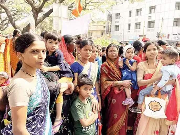 State BJP hires crowd to stage protest against Uddhav Thackeray government | '१०० रुपये देतो म्हणाले अन् उन्हात बसवलं; हातात फक्त वडापाव दिला, पाणीही दिलं नाही'