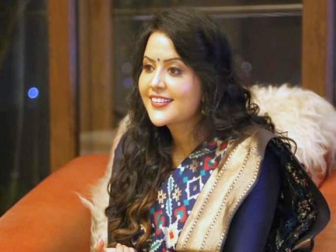 """""""Keep mental health, Shiv Sena Target Devendra fadanvis wife Amrita Fadnavis   'अ'मृतावस्थेत न जाता मानसिक स्वास्थ जपा, योगा करत जा; शिवसेनेचा अमृता फडणवीसांना टोला"""