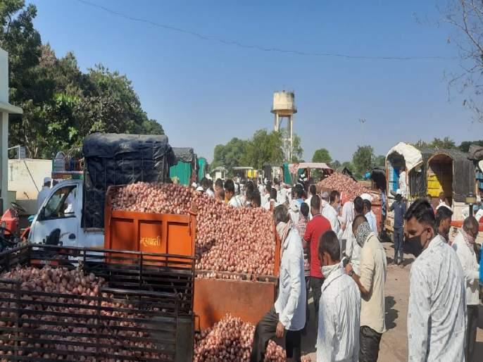Onion auction starts in 4 days in Lasalgaon; Positive settlement on mediation of Sharad Pawar | ४ दिवसांनीलासलगावातकांदा लिलाव सुरू; शरद पवारांच्या मध्यस्थीनं सकारात्मक तोडगा