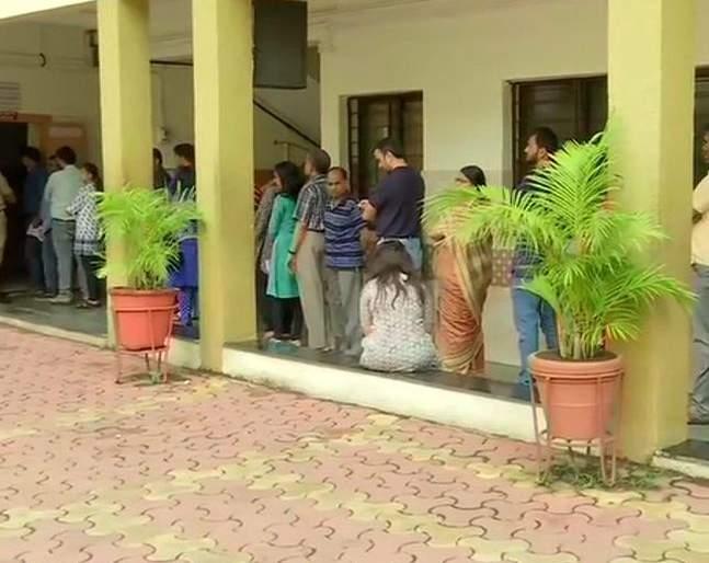 Maharashtra Assembly Election Voting 2019 Live Updates: Voting will start at 7 am in 288 constituencies | Maharashtra Voting 2019 Live: संध्याकाळी 6 वाजेपर्यंत राज्यभरात ५५.४८ टक्के मतदान