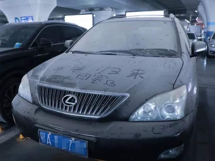 Coronavirus: Why is the photo of this car in Wuhan going viral on social media ? pnm   Coronavirus: वुहानमधील 'या' कारचा फोटो का होतोय व्हायरल?; सोशल मीडियावर अनेकांकडून शेअर