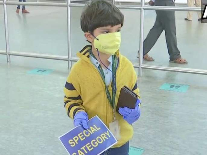 Lockdown News: 5-Yr-Old Come Alone In Domestic Flight From Delhi To Bengaluru Meet Mother pnm   Lockdown News: ५ वर्षीय मुलाचा एकट्याने विमानप्रवास; तब्बल ३ महिने होता आईपासून दूर