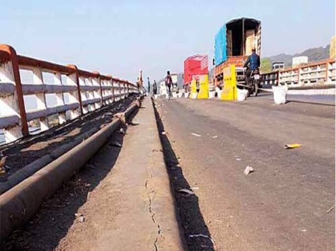 Dangerous journey on Mumbai-Ahmedabad highway; Guide stripes gray   मुंबई-अहमदाबाद महामार्गावर धोक्याचा प्रवास;मार्गदर्शक पट्टे धूसर