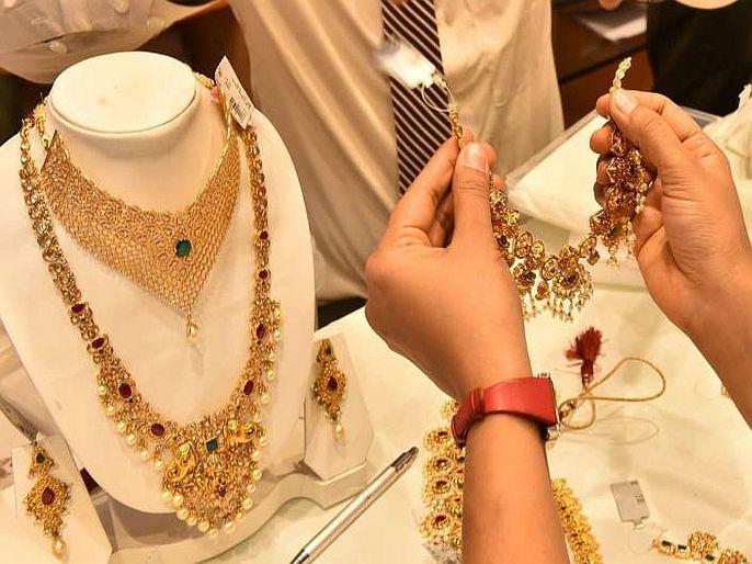 business will gold price increase or decrease Gold price will fall in further know experts opinion | Gold Price : येणाऱ्या काळात आणखी स्वस्त होणार सोनं! विकत घेण्यापूर्वी अवश्य वाचा ही बातमी