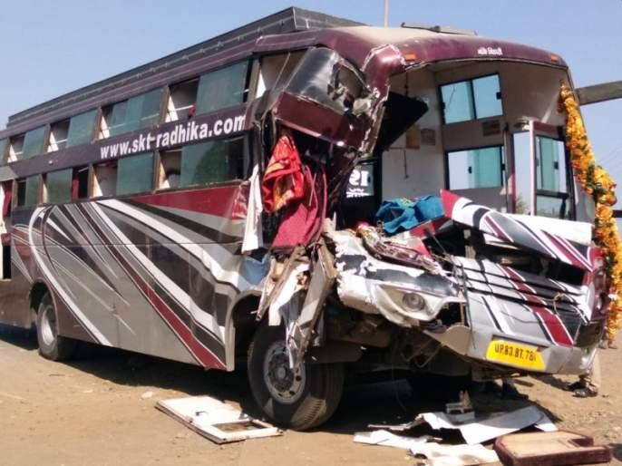 Bhardhaw Travels collided with a vertical container; Two killed, including driver | भरधाव ट्रॅव्हल्स उभ्या कंटेनरवर आदळली; चालकासह दोन ठार