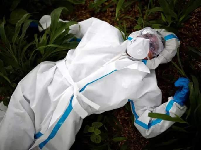 Viral photo of health worker who rests prior to the burial of women body who died due to corona | Coronavirus: कोरोनाग्रस्त महिलेचा मृतदेह दफन करण्यापूर्वी थकलेला कोविड योद्धा जमिनीवर पडला, अन्...