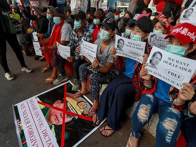 Myanmar civilians protest against china for supporting military coup | Myanmar civilians protest: म्यानमारमध्ये चीनविरोधात निदर्शनं, मोठ्या प्रमाणावर रस्त्यावर उतरले लोक