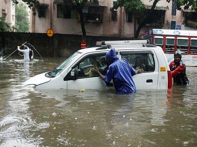 Heavy rain in mumbai water logging in covid special jj hospital. | मुंबईत मुसळधार, कोविड स्पेशल जेजे रुग्णालयात घुसलं पाणी; आदित्य ठाकरेंचं घरातच थांबण्याचं आवाहन