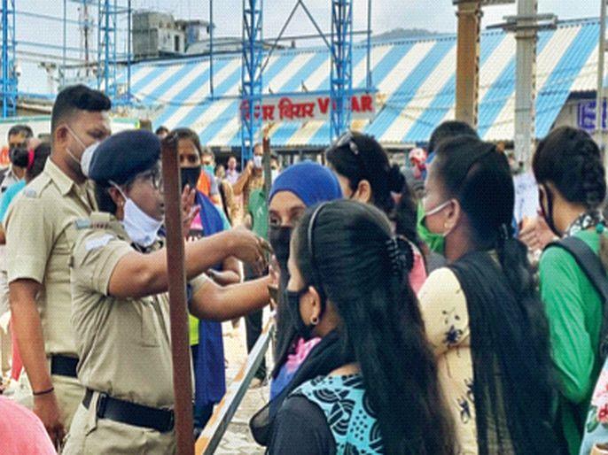 Crowd of women at Virar station not allowed to travel by train | महिलांच्या आनंदावर विरजण,रेल्वे प्रवासाची मुभा नाहीच;विरार स्थानकात महिलांची गर्दी