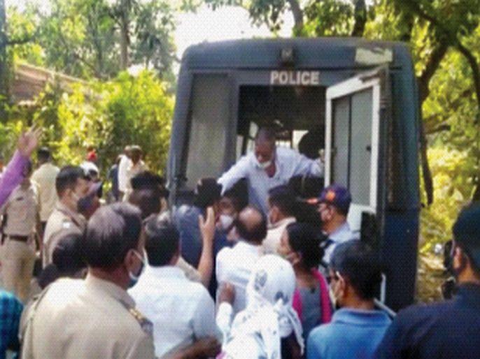 Workers oppose the construction of the NRC colony | एनआरसी वसाहतीच्या पाडकामास कामगारांचा विरोध; पोलिसांकडून लाठीचार्ज, २५ जणांना घेतले ताब्यात