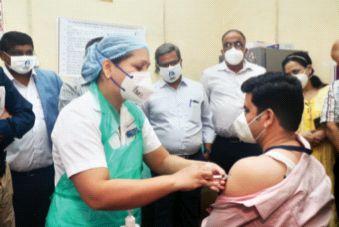 Vaccination campaign in the district started with enthusiasm | जिल्ह्यामध्ये लसीकरण मोहिमेला उत्साहात प्रारंभ, डाॅ. सागर पाटील यांना दिला पहिला डाेस