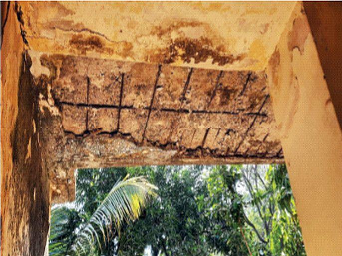 Vaccination in a dangerous building | धोकादायक इमारतीमध्ये लसीकरण, भंडाऱ्याच्या जीवघेण्या घटनेनंतरही आरोग्य यंत्रणा बेफिकीर