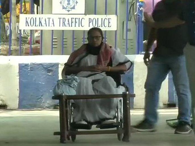 West Bengal CM Mamata banerjee sits on dharna at gandhi murti over EC imposed ban election campaign | West Bengal Election: प्रचारावर 24 तासांची बंदी; कोलकात्यातील गांधी पुतळ्यासमोर ममतांचे धरणे आंदोलन, असे आहे कारण