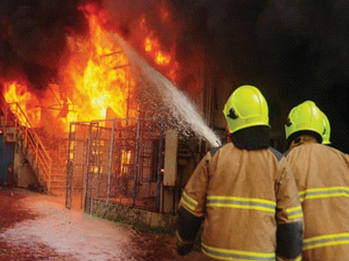 Warehouse fire with two companies   दोन कंपन्यांसह गोदामालाही भीषण आग, लाखो रुपयांचे नुकसान