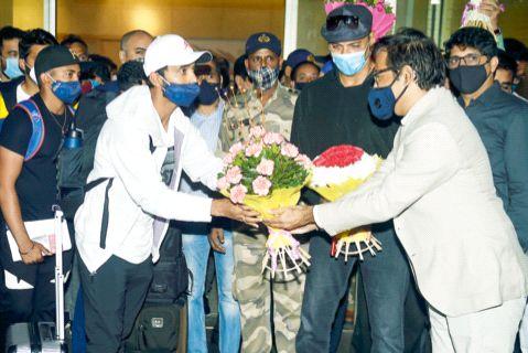 'Aala Re Aala Ajinkya Aala', a warm welcome of Rahane; Arriving home of the winning Indian team that defeated Australia | 'आला रे आला अजिंक्य आला', रहाणेचे जंगी स्वागत; ऑस्ट्रेलियाला नमविणाऱ्या विजेत्या भारतीय संघाचे मायदेशात आगमन