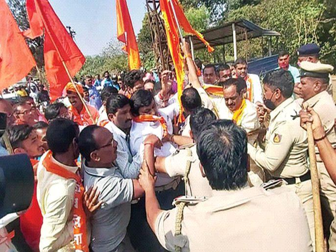 Shiv Sainiks clash with Karnataka police | शिवसैनिकांची कर्नाटक पोलिसांसोबत झटापट, बेळगाव महापालिकेवरील लाल-पिवळा ध्वज काढण्यासाठी आक्रमक
