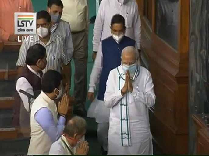Slogans of bharat mata ki jai and jai shri ram while PM modis entry in the lok sabha | पंतप्रधान मोदींची संसदेत एन्ट्री, सदस्यांनी दिल्या 'भारत माता की जय' आणि 'जय श्री राम'च्या घोषणा