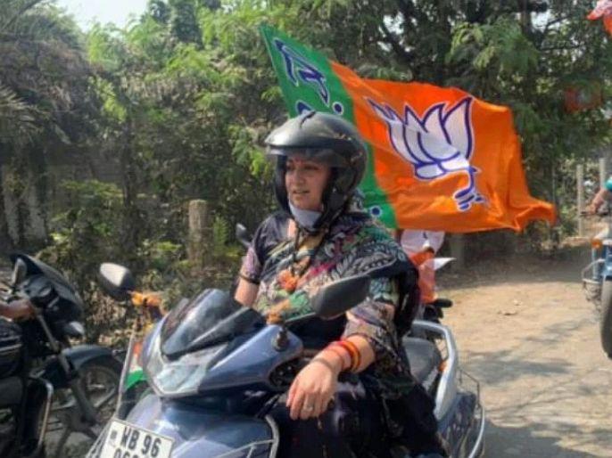 West bengal election BJP leader smriti irani drives scooty in her roadshow   पश्चिम बंगाल निवडणूक: काल सीएम ममता तर आज स्मृती ईरानी दिसल्या स्कूटरवर, असा होता अंदाज