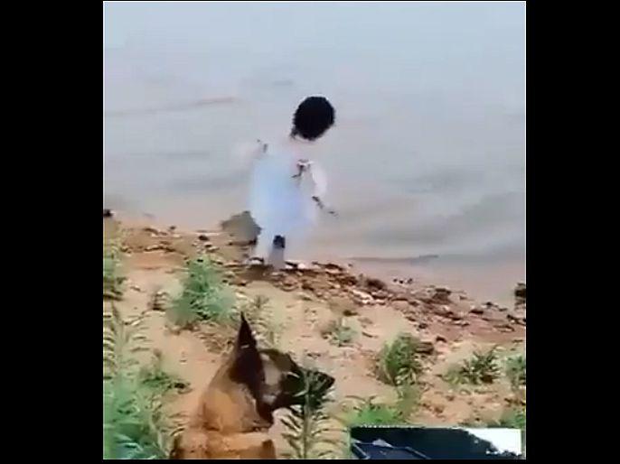 Dog save little girl life from falling into deep water Viral video | ...तर नदीमध्ये बुडाली असती 'ही' चिमुकली, श्वानानं चलाकीनं वाचवला जीव; पाहा व्हिडिओ