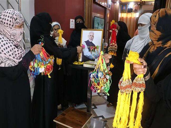 muslim women tied rakhi to pm modi in varanasi | शुक्रिया मोदी भैया : मुस्लीम महिलांनी पंतप्रधान मोदींच्या फोटोला बांधली राखी, 'या'साठी मानले आभार