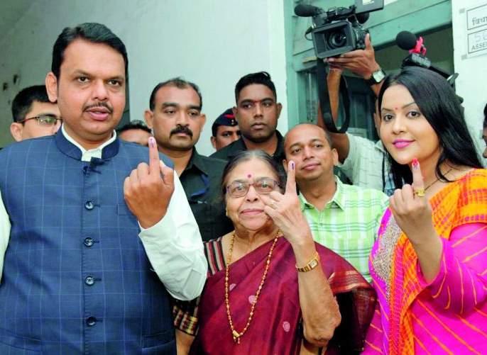 Maharashtra Assembly Election 2019: Chief Minister votes with family | Maharashtra Assembly Election 2019 : मुख्यमंत्र्यांनी सहकुटुंब केले मतदान
