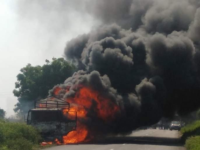 Tempos fire carrying coal in Palam | पालम येथे दगडी कोळसा नेणाऱ्या टेंपोस आग