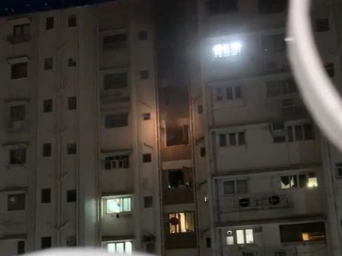 13 rescued in Colaba fire, 1 firefighter injured   कुलाब्यातील आगीतून १३ जणांची सुखरुप सुटका, अग्निशमन दलाचा १ जवान जखमी