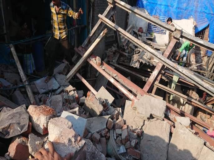 Video: Part of the house in Dharavi collapses; 8 people injured   Video : धारावीत राहत्या घराचा भाग कोसळला; ८ जण जखमी