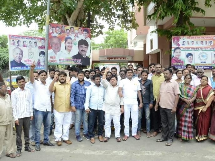 Sushilkumar Shindena Davle, Solapur supporters in the national executive of Congress | काँग्रेसच्या राष्ट्रीय कार्यकरणीत सुशिलकुमार शिंदेंना डावलले, सोलापूर समर्थकांची निर्दशने