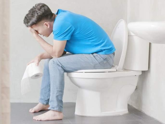 Toilet habits that are harmful to health and give you infections | सावधान! टॉयलेटमध्येतुम्हीही रोज हीच चूक करत असाल तर आरोग्याचं होऊ शकतं मोठं नुकसान, जाणून घ्या कसं