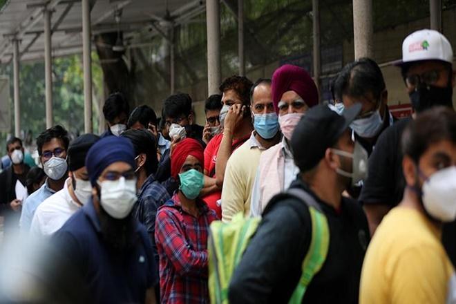 Coronavirus Vishesh Pal wears corona themed helmet SSS | Coronavirus : कोरोना हेल्मेट पाहिलंत का?, जनजागृतीसाठी 'त्याने' लढवली अनोखी शक्कल